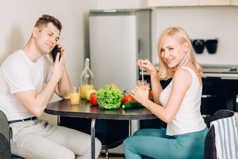 一起吃早餐的愉快的夫妇在家 图库摄影