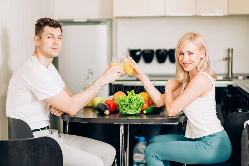 一起吃早餐的愉快的夫妇在家 免版税库存照片