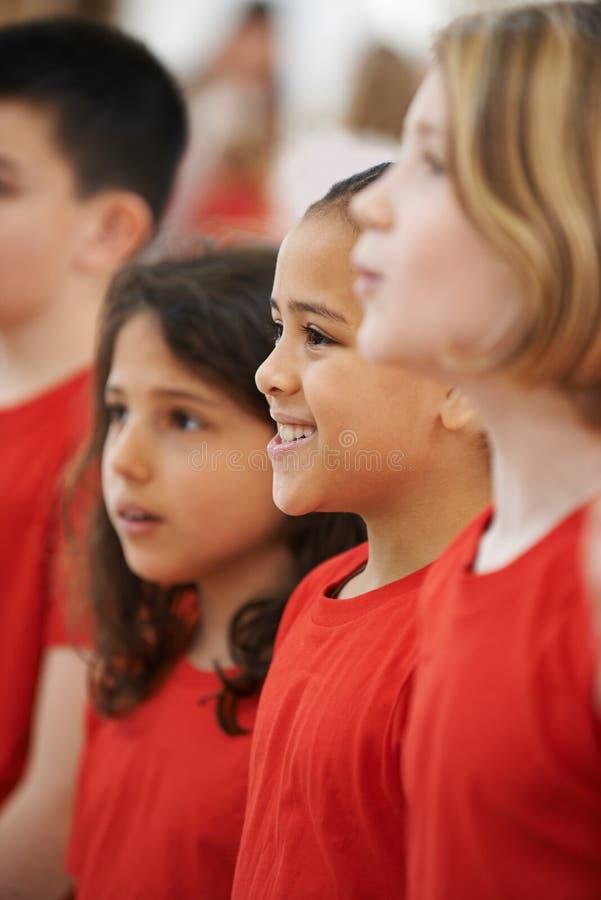 一起唱歌在唱诗班的小组孩子 免版税图库摄影