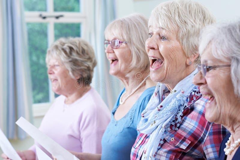 一起唱歌在唱诗班的小组资深妇女 免版税库存图片