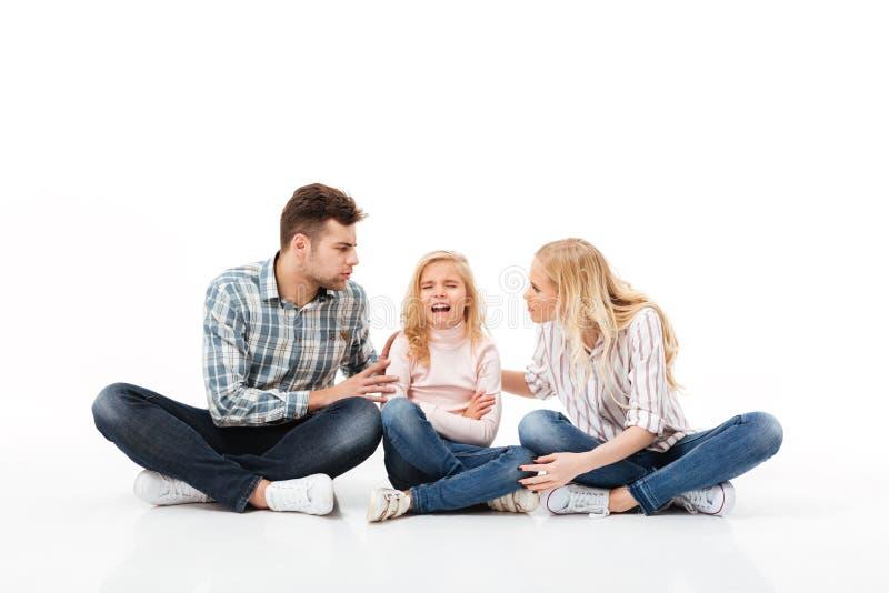 一起坐一个恼怒的家庭的画象 库存照片