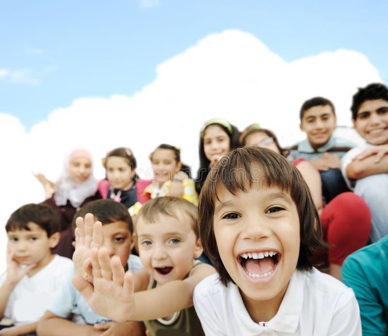 一起坐儿童的人群 图库摄影
