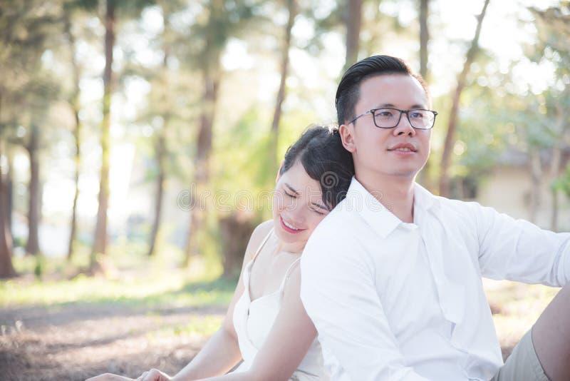 一起坐在公园的夫妇、男人和妇女 库存图片