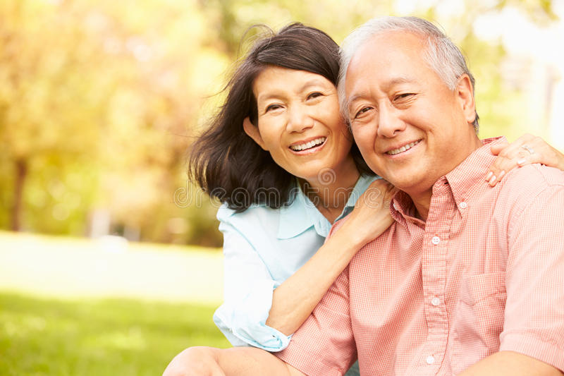 一起坐在公园的资深亚洲夫妇画象  库存照片