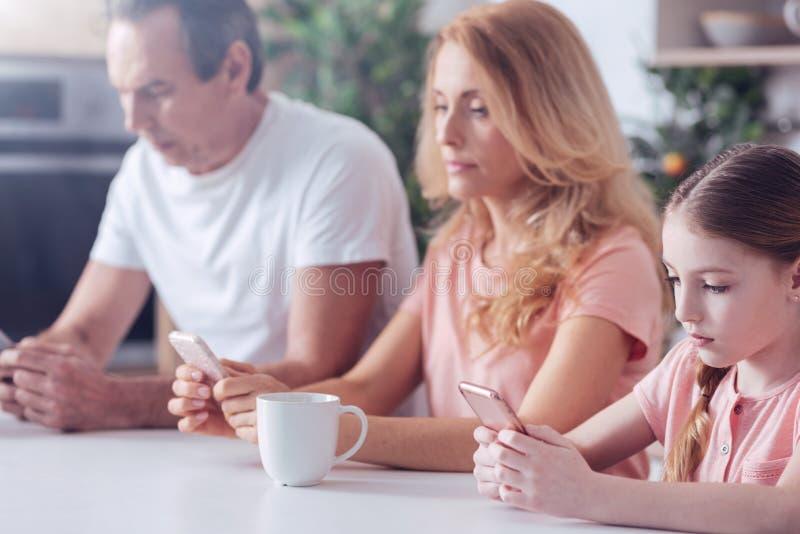 一起坐好现代的家庭 免版税库存图片