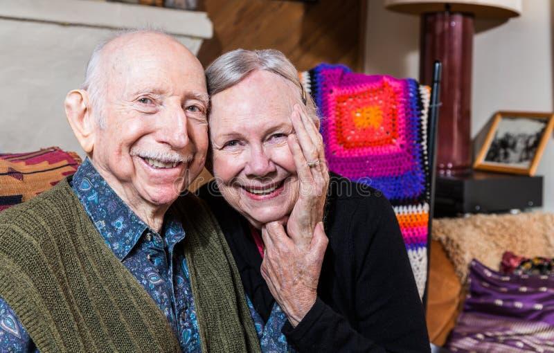 一起坐愉快的更旧的夫妇 免版税库存图片