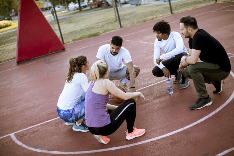 一起基于法院的不同种族的小组篮球运动员 免版税图库摄影