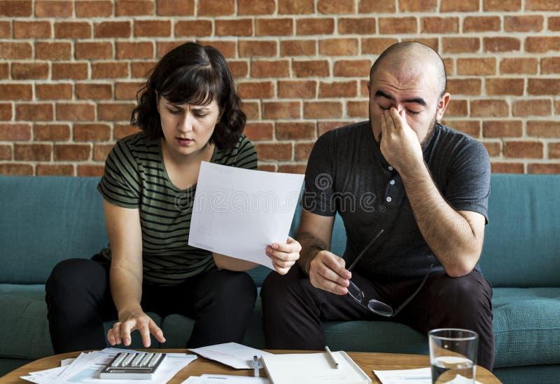 一起处理债务的夫妇在家 免版税库存图片