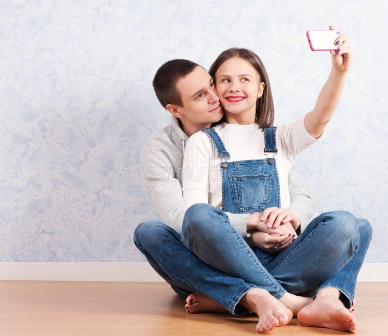 一起夺取愉快的片刻 做selfie的愉快的年轻爱恋的夫妇 免版税图库摄影