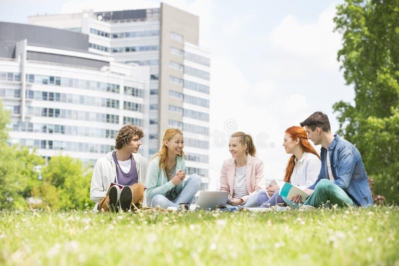 一起学习在校园地面的大学生 库存照片