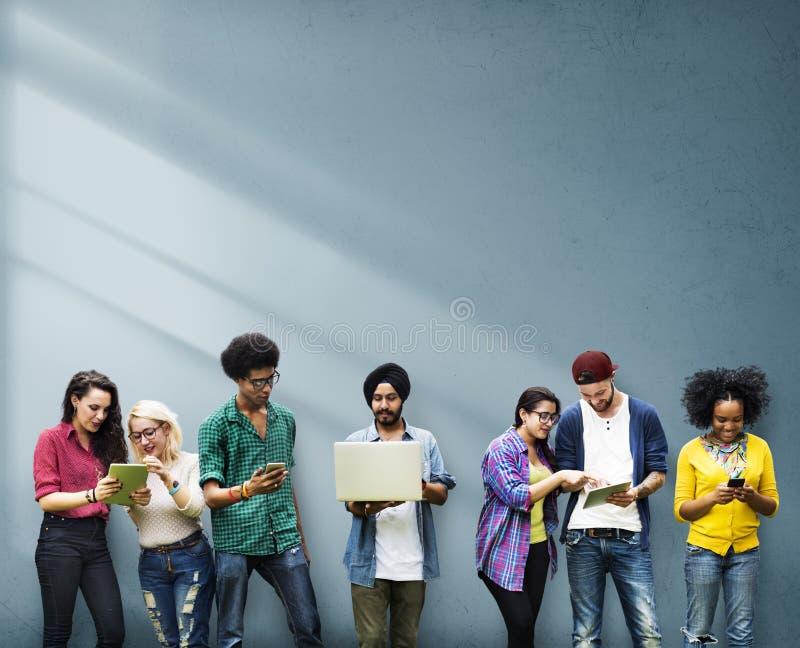 一起学习墙壁概念的不同的小组学生 免版税库存照片