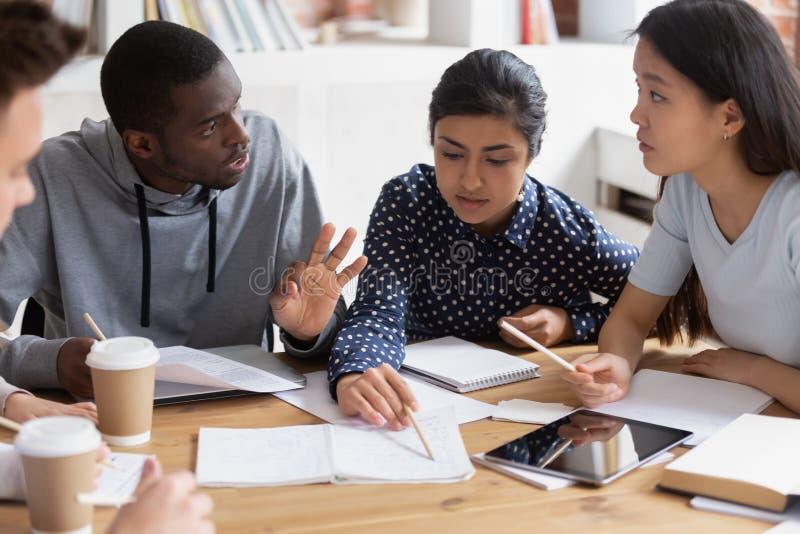 一起学习被聚焦的不同的学生在类谈论想法 免版税库存图片