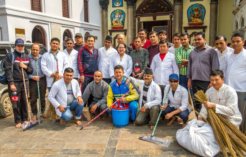 一起工作者为在寺庙的卫生节目 库存图片