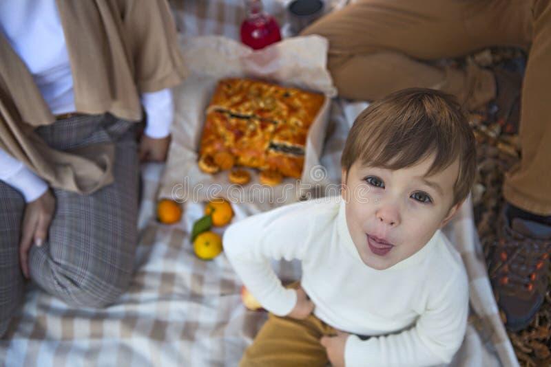 一起幸福家庭在秋天野餐 免版税图库摄影