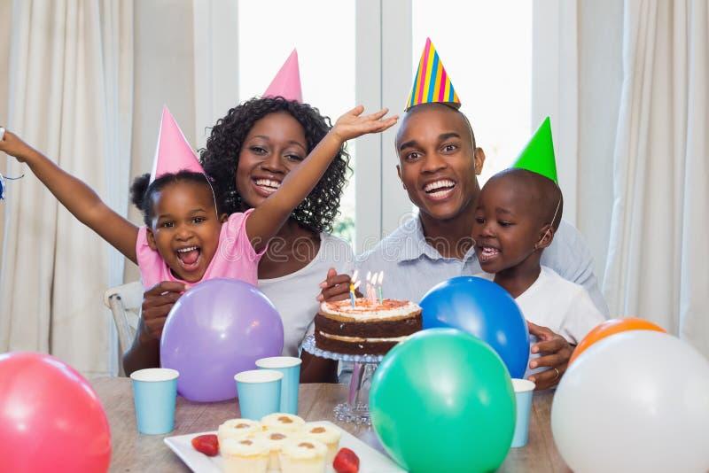 一起庆祝一个生日的愉快的家庭在桌上 库存图片