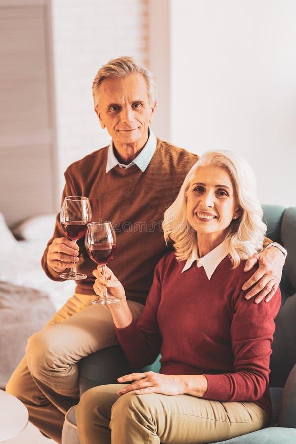 一起庆祝周年的愉快的祖父母夫妇  库存图片