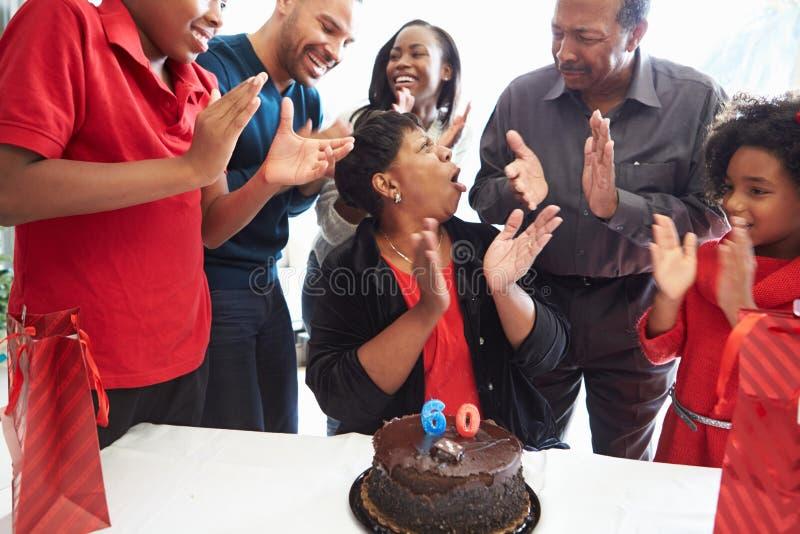 一起庆祝第60个生日的家庭 库存图片