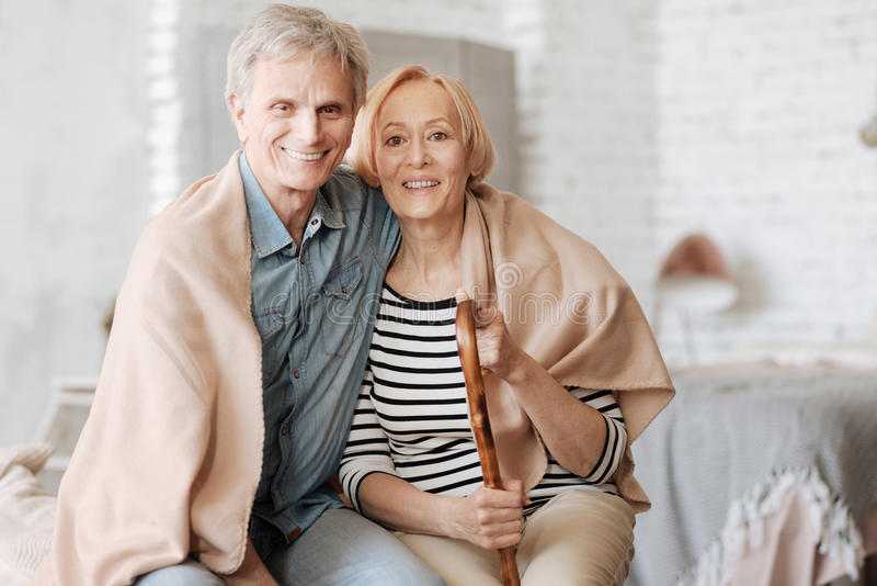 一起得到着迷的令人敬佩的夫妇温暖 库存照片