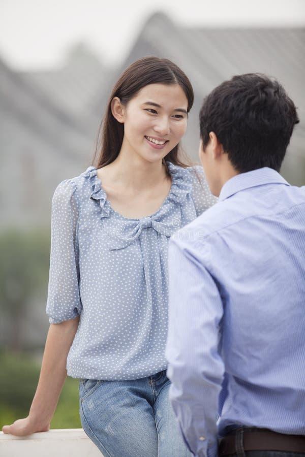 一起微笑在桥梁的年轻夫妇 免版税库存图片