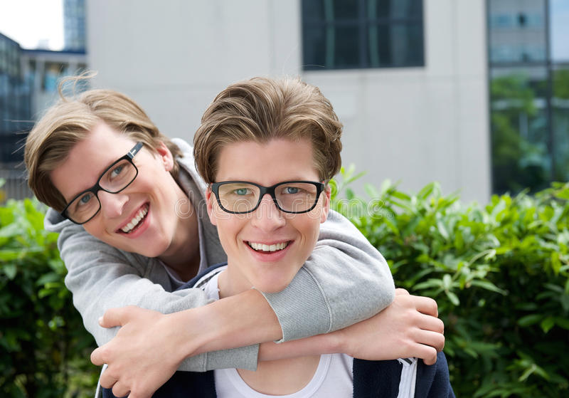 一起微笑的兄弟 图库摄影