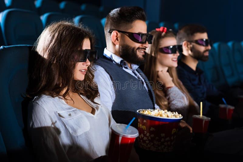 一起快乐的朋友在电影院 免版税库存图片
