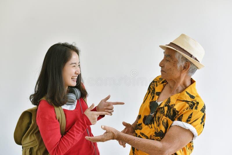 一起恢复在时间以后的家庭分开,亚裔女儿说喂和高兴看更老的老父亲 免版税库存照片