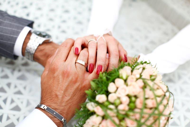 一起手拉手新娘和新郎 免版税库存图片