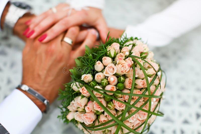 一起手拉手新娘和新郎 库存图片