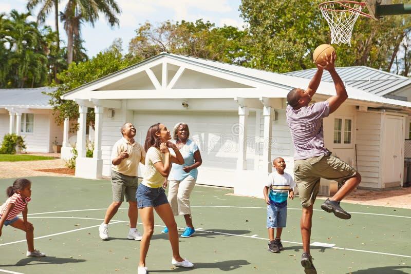 一起打篮球的多一代家庭 库存图片