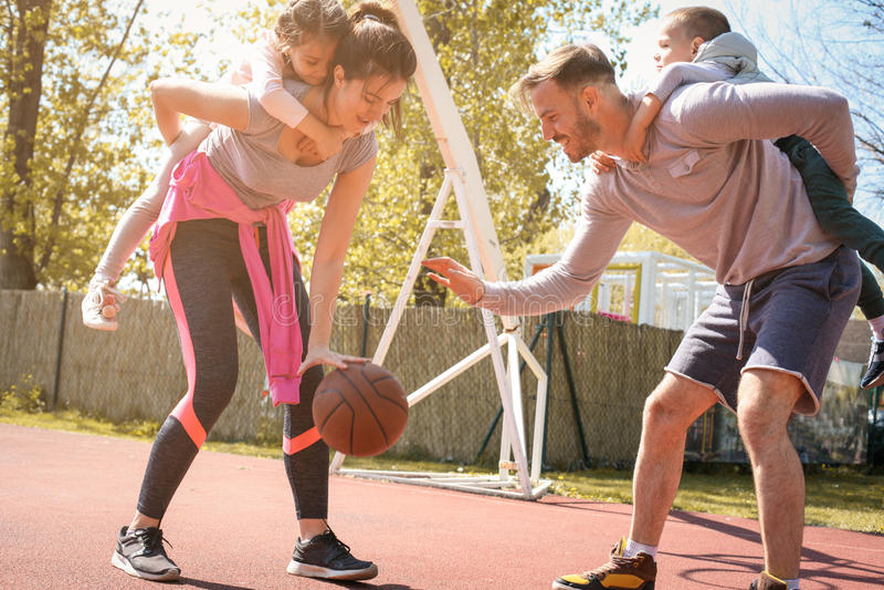 一起打篮球的白种人家庭 库存照片