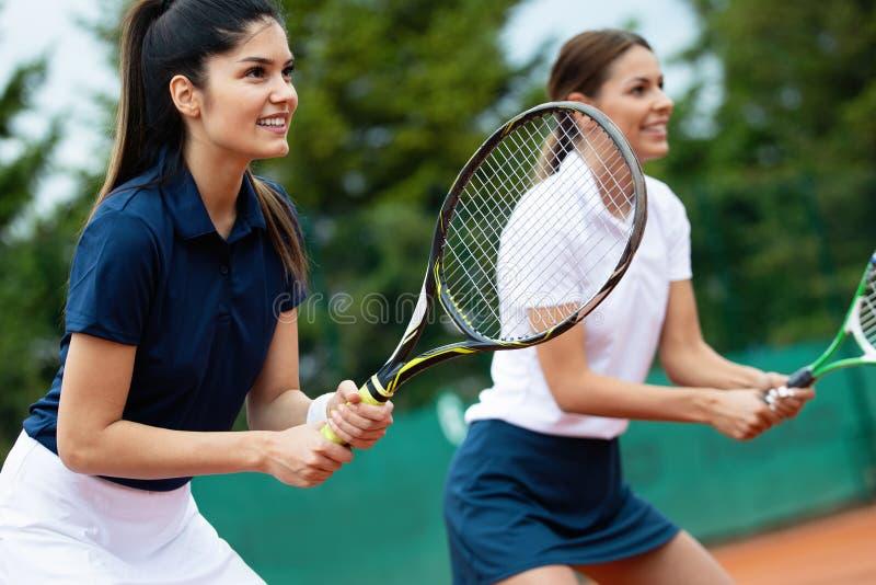 一起打网球的适合的愉快的人民 概念查出的体育运动白色 库存照片