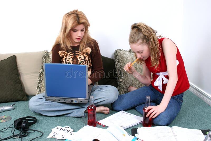 一起执行家庭作业的子项 免版税图库摄影