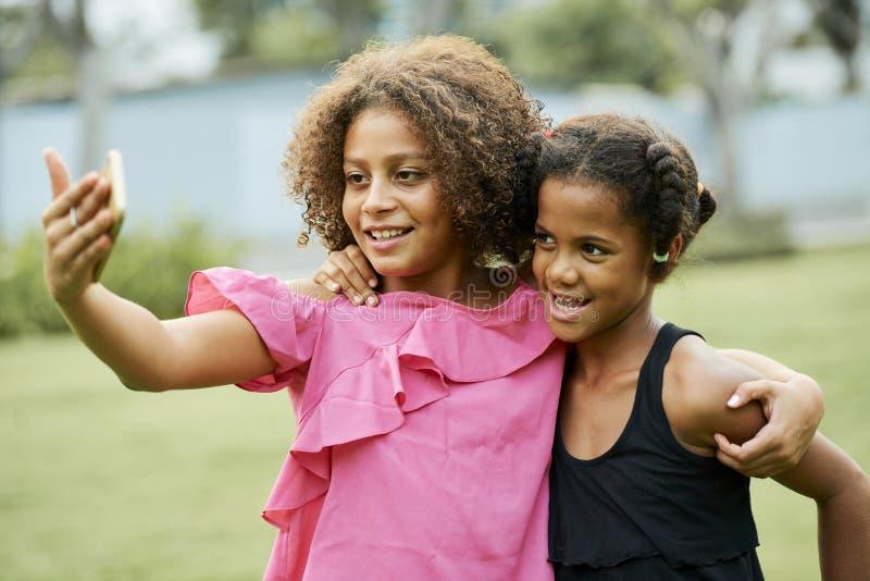 一起拍摄快乐的非洲的女孩 免版税库存图片
