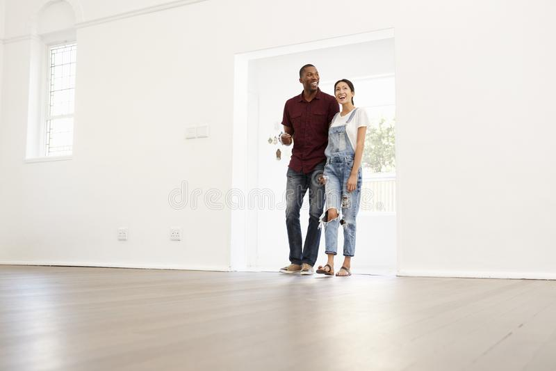 一起搬入新的家的激动的年轻夫妇 图库摄影