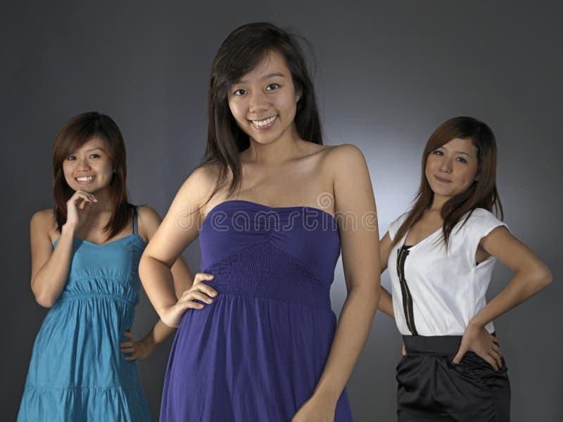 一起摆在三的亚裔女孩 免版税库存图片