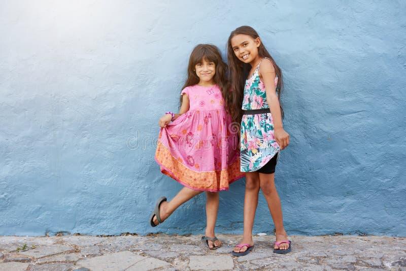 一起摆在两个愉快的小女孩 库存照片