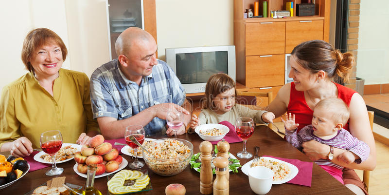 一起摆在庆祝的t的愉快的多代的家庭 免版税库存图片