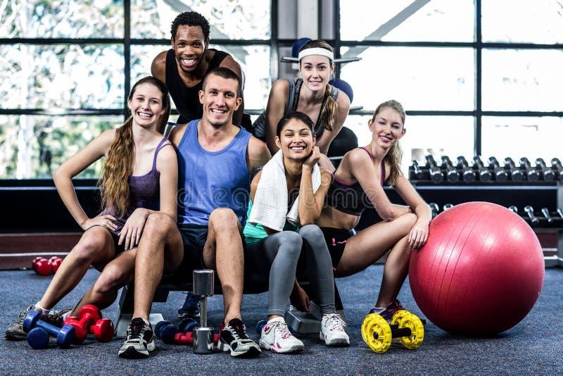 一起摆在微笑的健身的类 免版税库存图片