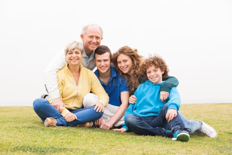 一起摆在愉快的家庭 免版税库存图片