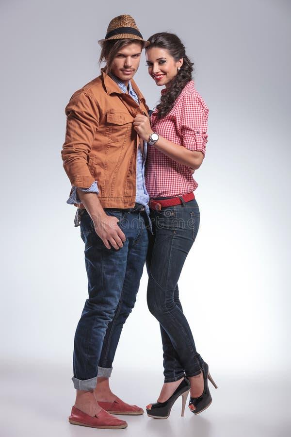 一起摆在愉快的时尚的夫妇 免版税图库摄影