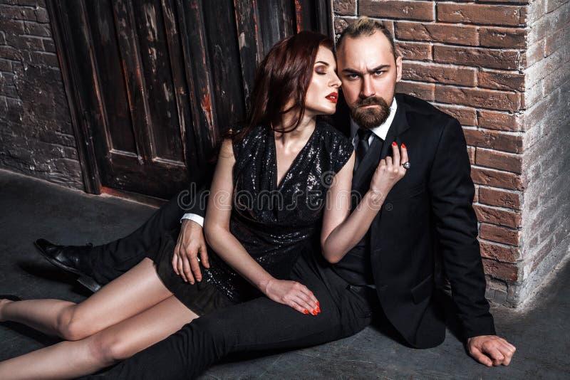 一起摆在砖背景的浪漫时髦夫妇 库存图片