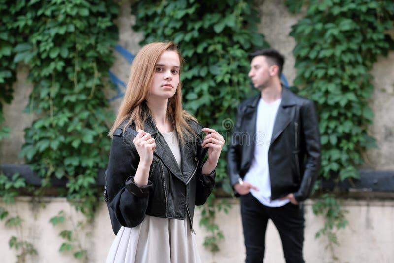 一起摆在美丽的红发女孩和浅黑肤色的男人的人 库存图片