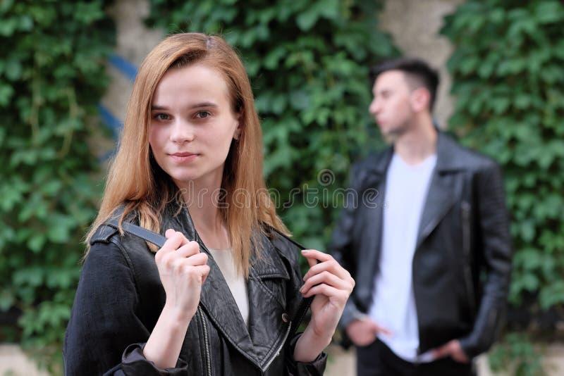 一起摆在美丽的红发女孩和浅黑肤色的男人的人 库存照片