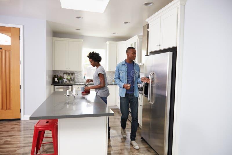 一起放松在公寓厨房里的年轻夫妇 库存照片