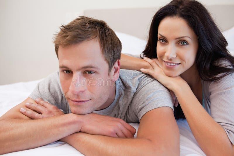 一起放松在卧室的夫妇 免版税库存图片