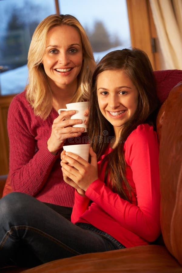 一起放松的母亲和的女儿纵向  库存图片