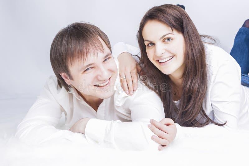 一起放置愉快的笑的白种人的夫妇画象  库存图片