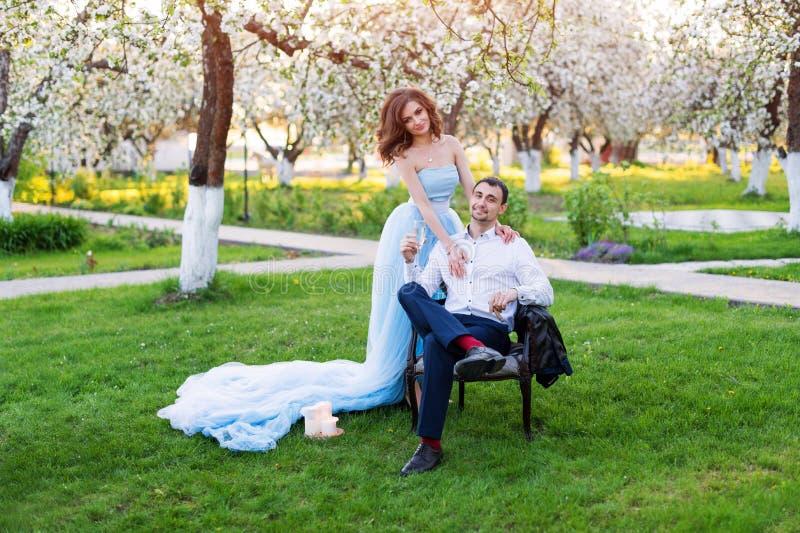 一起新郎和新娘,婚姻夫妇 拥抱在开花的春天庭院里的年轻夫妇 爱和浪漫题材 免版税库存照片