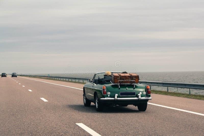 一起旅行乘汽车,减速火箭的敞蓬车,葡萄酒行李 库存图片