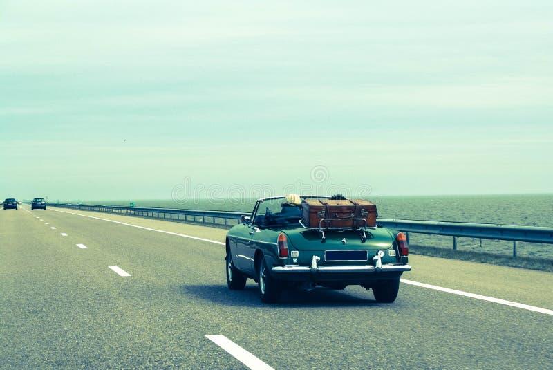 一起旅行乘汽车,减速火箭的敞蓬车,葡萄酒行李 库存照片